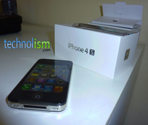 iPhone 4S Unboxing & Initial Setup [Video]